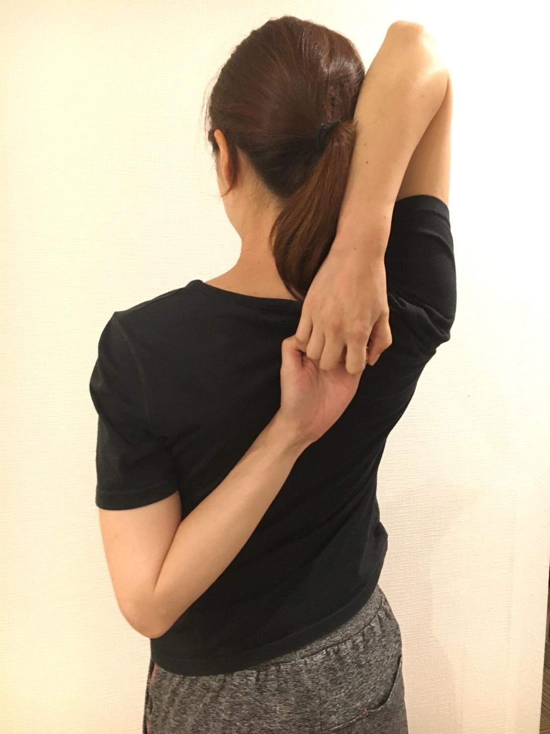 背中で手をつなげるようになるストレッチ / ストレッチアップ福岡店 ストレッチアップ   定額制のストレッチ専門店